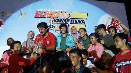 Tim Jawa Timur merayakan kemenangan usai menjadi juara umum Kejurnas Panjat Tebing XVI di Yogyakarta