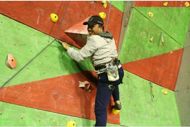 Menteri Pemuda dan Olahraga Imam Nahrawi mencoba memanjat di jalur lead saat mengecek kesiapan kejurnas Panjat Tebing XVI di Yogyakarta. (foto: istimewa)