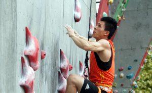China_3 | Seorang atlet China Zhong Qixin melakukan pemanjatan nomor speed