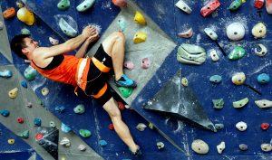 Seorang atlet China Zhong Qixin melakukan pemanjatan nomor boulder