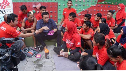 Menpora Imam Nahrawi berbincang dengan atlet
