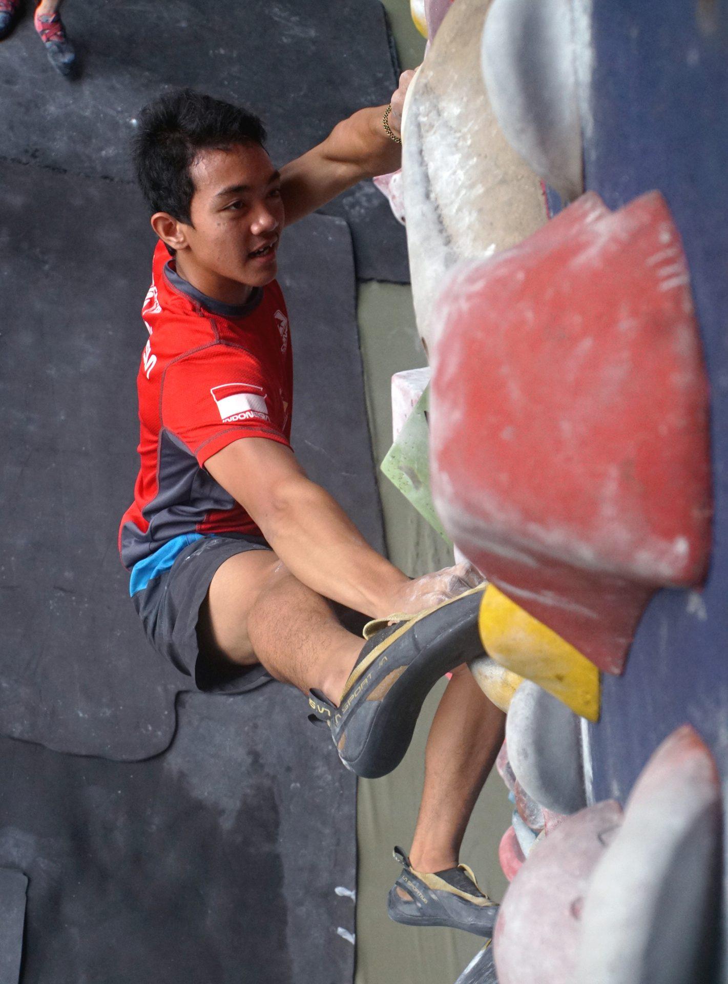 Kiromal Katibin melakukan pemanjatan nomor boulder dalam sesi latihan rutin