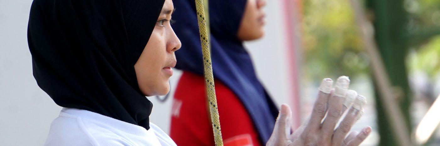 Aries Susanti Rahayu bersiap melakukan pemanjatan