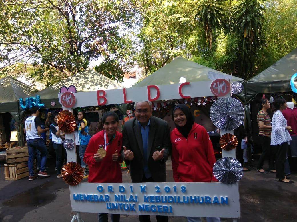 Rajiah Sallsabillah (kiri) bersama Ketua Yayasan Budi Luhur, Kasih Hanggoro.