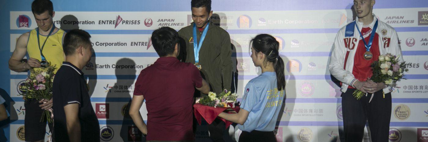Penyerahan medali emas kepada Alfian M Fajri pada IFSC WorldCup Chongqing, China, Jumat (26/4). Foto: Hendra Nurdiyansyah