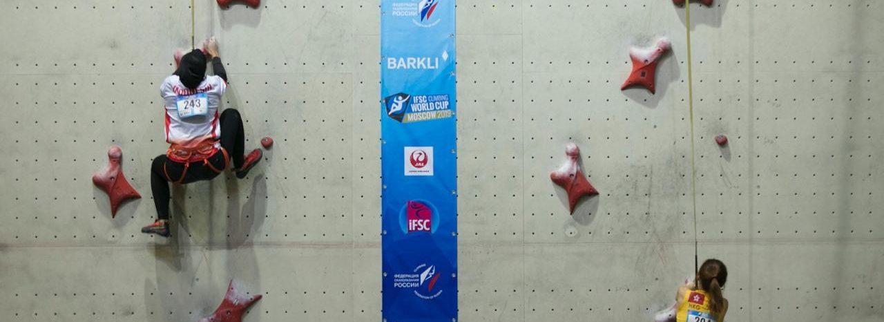 Sejumlah atlet panjat tebing Indonesia mengikuti babak kualifikasi nomor speed putri pada kejuaraan IFSC Climbing Worldcup di Moscow, Rusia, Jumat (12/4). Foto: Hendra Nurdiyansyah