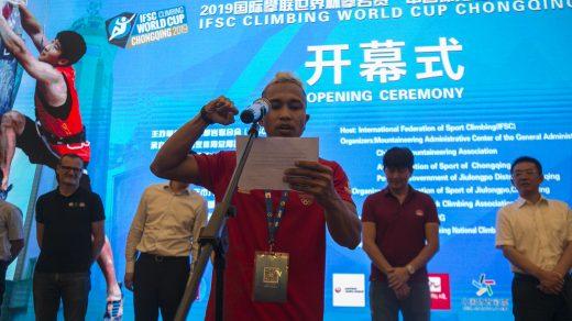 Aspar Jaelolo membacakan janji atlet pada Opening Ceremony IFSC Climbing World Cup Chongqing 2019, Kamis (25/4). Foto: Hendra Nurdiyansyah